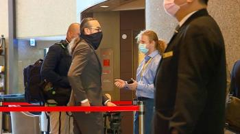 獨/捷克記者戴特殊口罩引議論 外交部澄清:利防飛沫