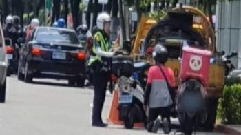 求婚?外送員路邊下跪女警 路人驚覺不對掏錢救援