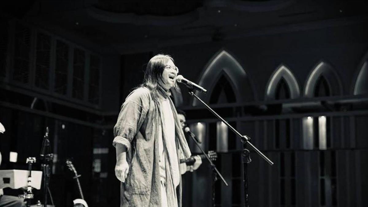 前一秒還在揮手!金曲歌手舞台上突倒地 送醫不治享年50歲