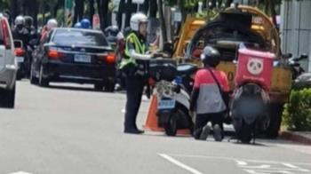 當街跪女警!外送員違規被攔查 跪求別開單