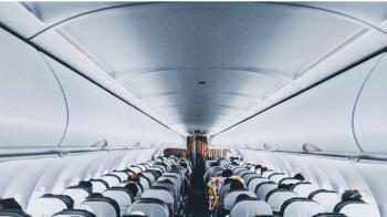 空姐組暗黑論壇爆料!女星機上突性致來 雙腿交纏男乘客