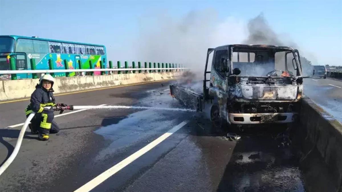 台61線嘉義路段火燒車 貨車上3人及時逃生