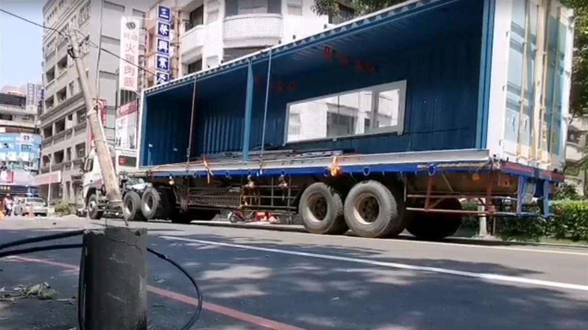 貨櫃車扯斷電桿撞傷騎士! 駕駛喊冤:第2次才勾到