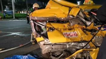 高雄男車禍肇事狂逃!衝撞計程車成廢鐵 2人送醫亡