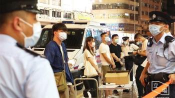 宣傳反健康碼遭港警包圍 周庭開酸:去年7月有這種氣勢?