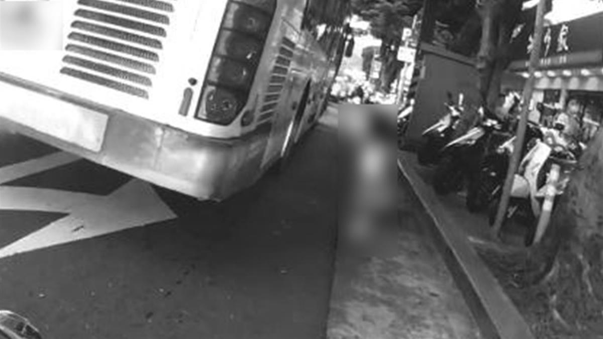 女童突衝公車輪胎旁!下秒騎士神救援 驚險畫面曝