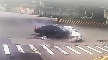 驚悚畫面曝!桃園BMW撞MARCH 車頭全毀1慘死1傷