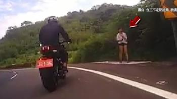 長腿辣妹站路邊 男騎士看傻了...慘摔對向車道