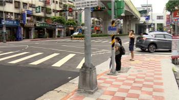 獨/馬路如虎口真實版! 公車右轉壓上人行道近1公尺