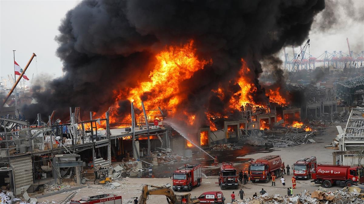 快訊/大爆炸才1個月!黎巴嫩港口大火狂燒…黑煙佈滿天空