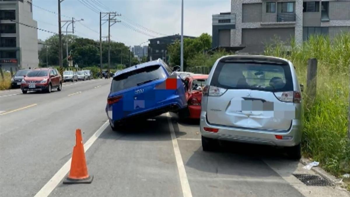 獨/700萬名車超跑馬力擦撞前車 失控騎路旁紅色轎車