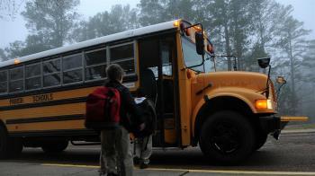 快遲到了!校車闖隧道被削頂 學生慘遭割喉濺血