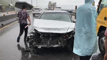 快訊/打滑自撞護欄!金山自小客車頭凹陷全毀 3人輕傷