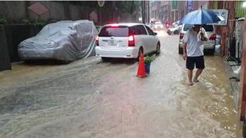基隆強降雨 多處淹水半個輪胎