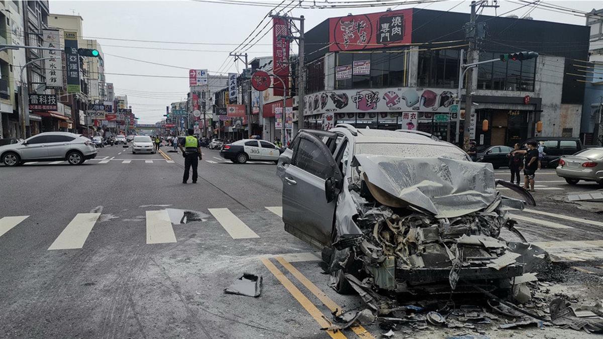 虎尾休旅車疑失控高速連環撞 2人受困獲救送醫