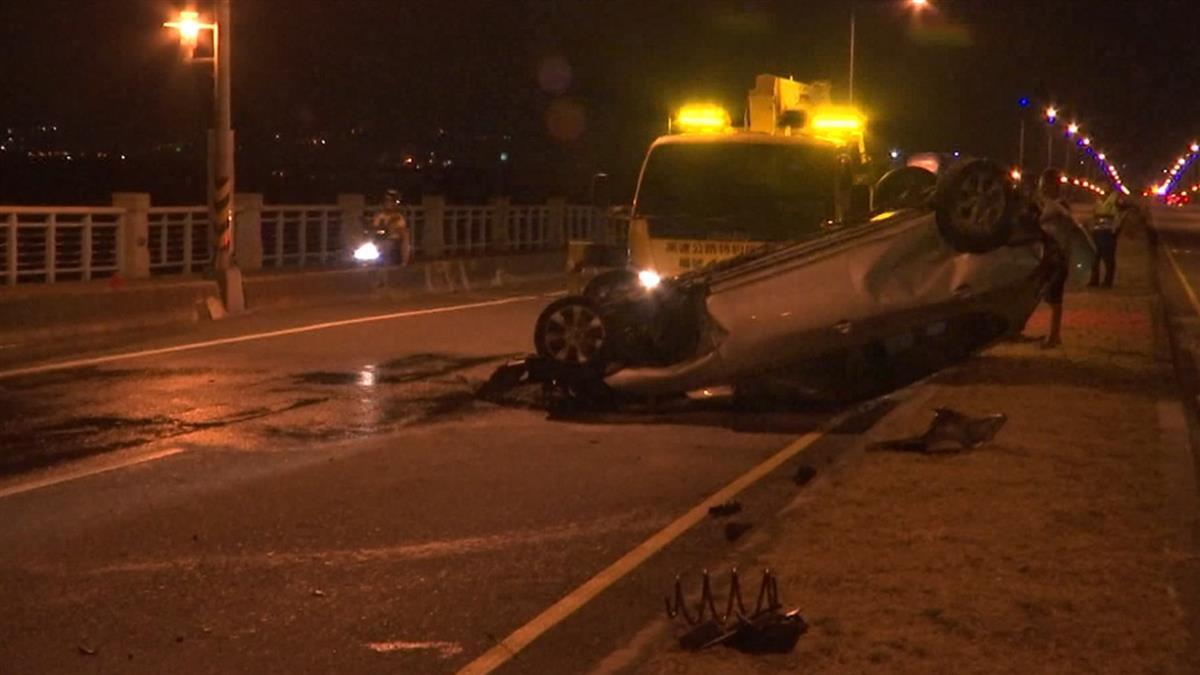 大度橋閃車失控 轎車撞斷路燈、監視器翻覆