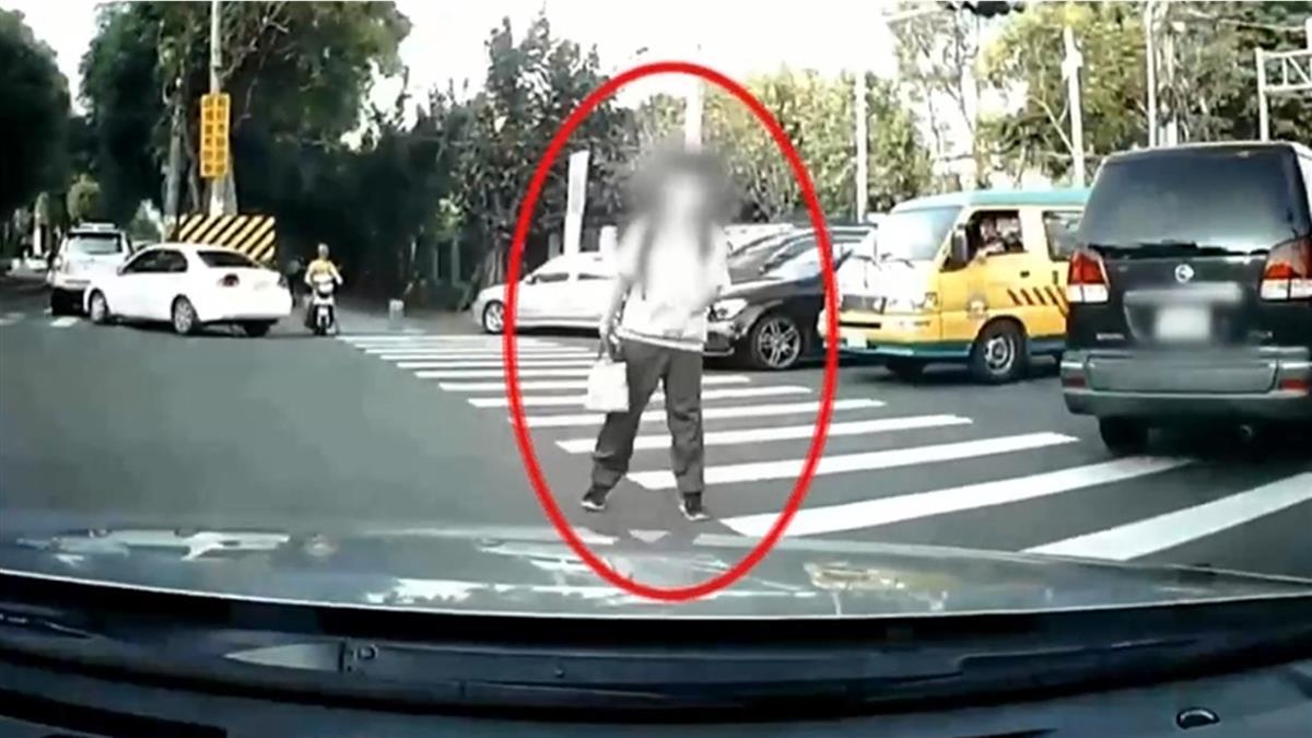 我OK你先過!學生過馬路善意停等 駕駛一轉彎慘了