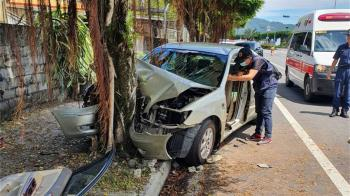 花蓮台9線轎車自撞路樹 車體變形2人慘死