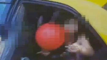 嚇到不敢收錢!女子後座詭異吸氣球 小黃司機慌報警