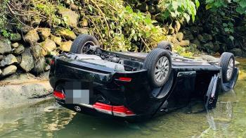 美濃轎車跌落溪谷!男駕駛重傷死亡 1女1男童輕傷送醫