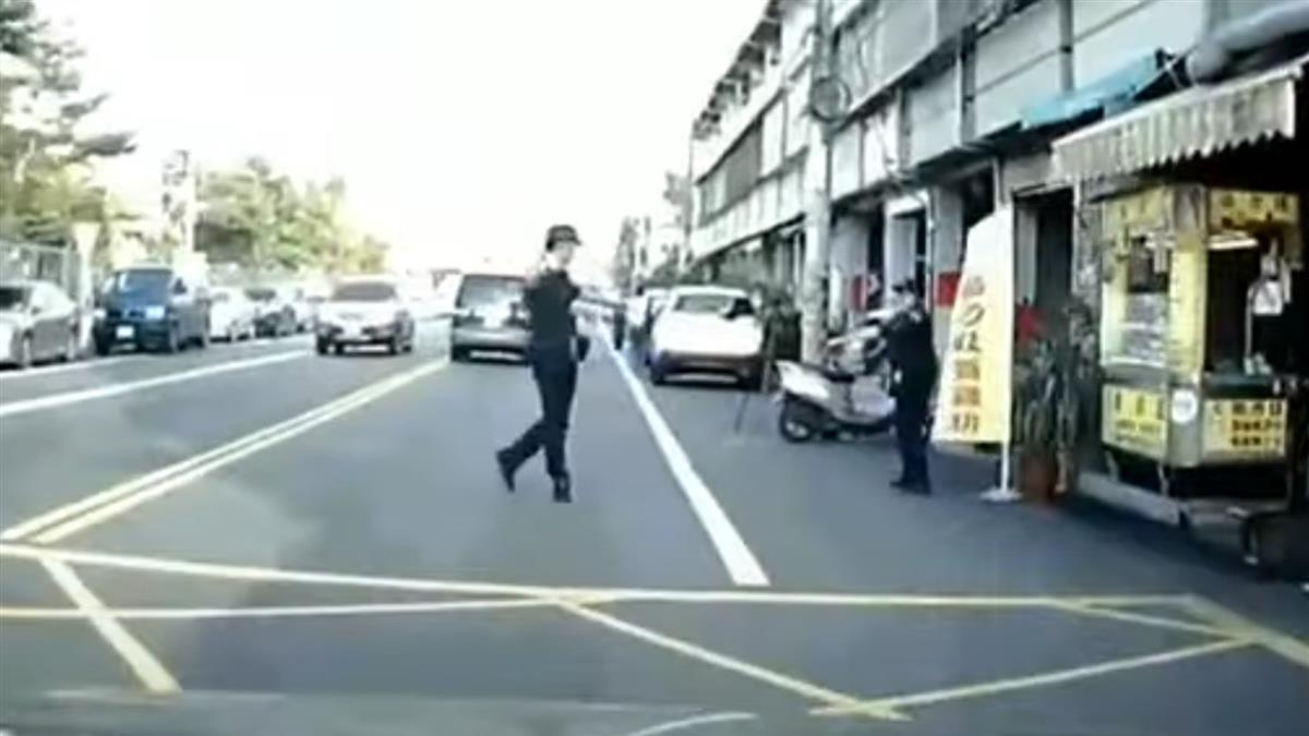 小朋友好心讓路!男右轉秒遭警攔吞罰單 原因曝光