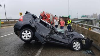 快訊/砂石車打滑撞爛轎車!車上3人受困僅輕傷
