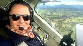 為了酒吧生意,這位澳大利亞女子開飛機去上班