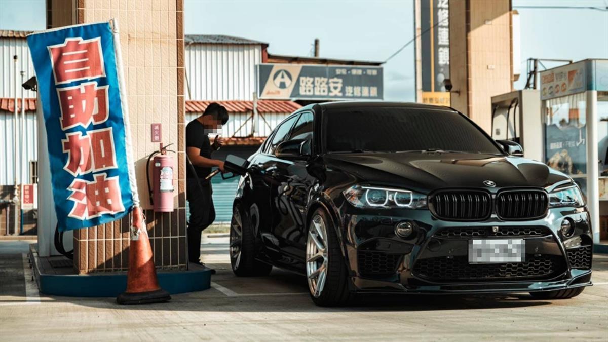 自助加油被機車騎士酸「這也要省」 BMW哥曝心酸:錯了嗎?