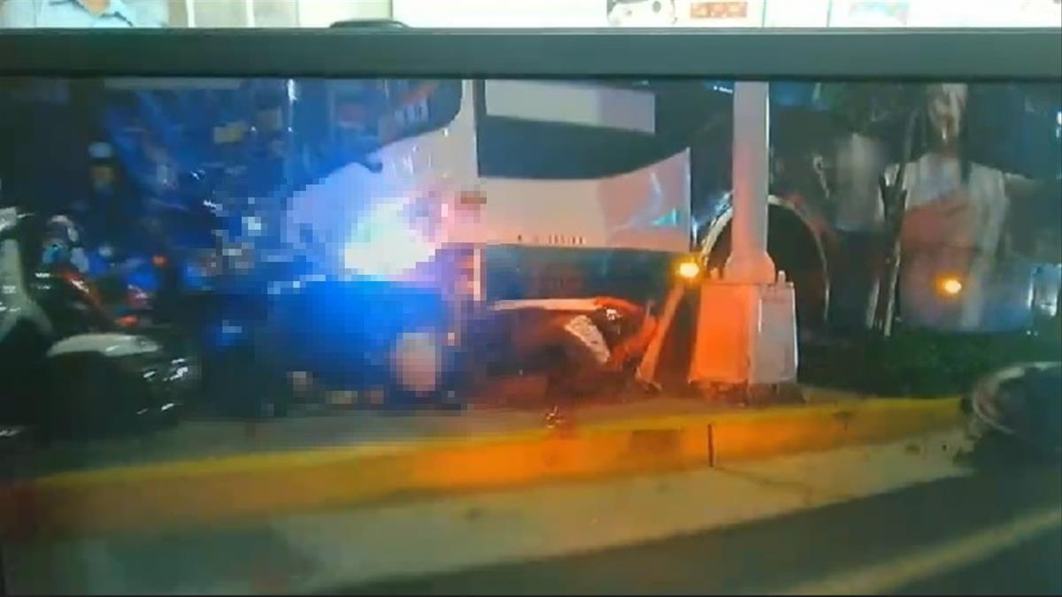 驚悚瞬間曝!北市公車重大車禍  撞人行道一死一員警傷