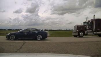 特斯拉無人駕駛汽車司機因「超速時打瞌睡」被控