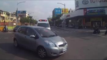 打方向燈就無敵? 馬路三寶違規左轉擋救護車 網怒嗆:自私!