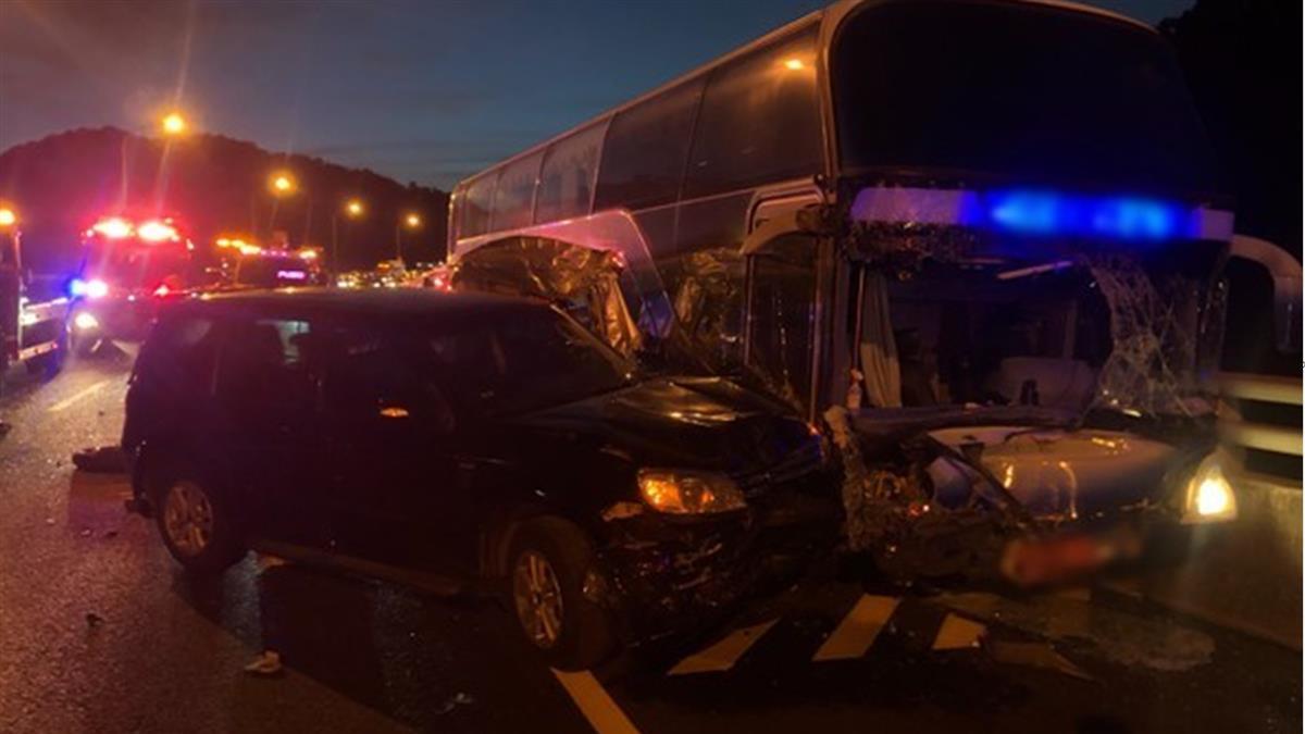 五楊高架遊覽車與小客車車禍 8人送醫