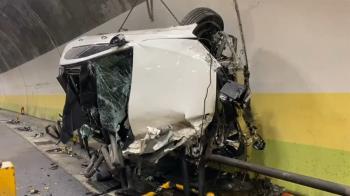 酒駕撞隧道!賓士C300貼壁狂衝 車身插滿鋼筋全毀