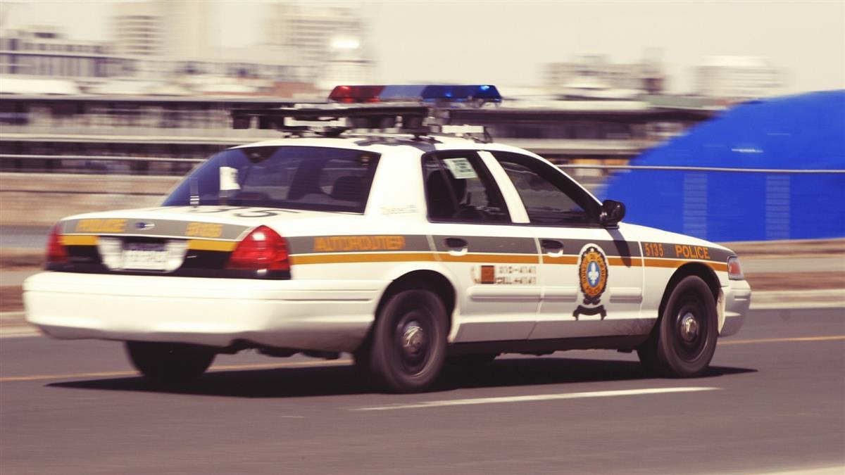無照被捕!28歲女狂鬧「想解放」 問警:可以O在車上嗎?