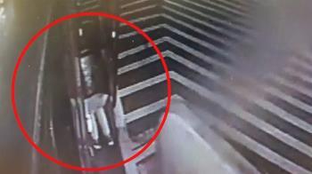 客運吃人?女彎腰取行李遭夾 下秒機靈急跳艙內
