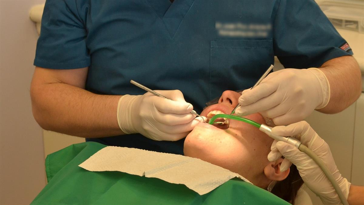 拔智齒被牙醫鑽破喉嚨! 她吃飯都卡洞裡:根本酷刑