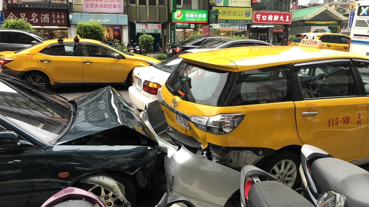 新北轎車突然衝撞前方機車!5騎士送醫其中1人命危