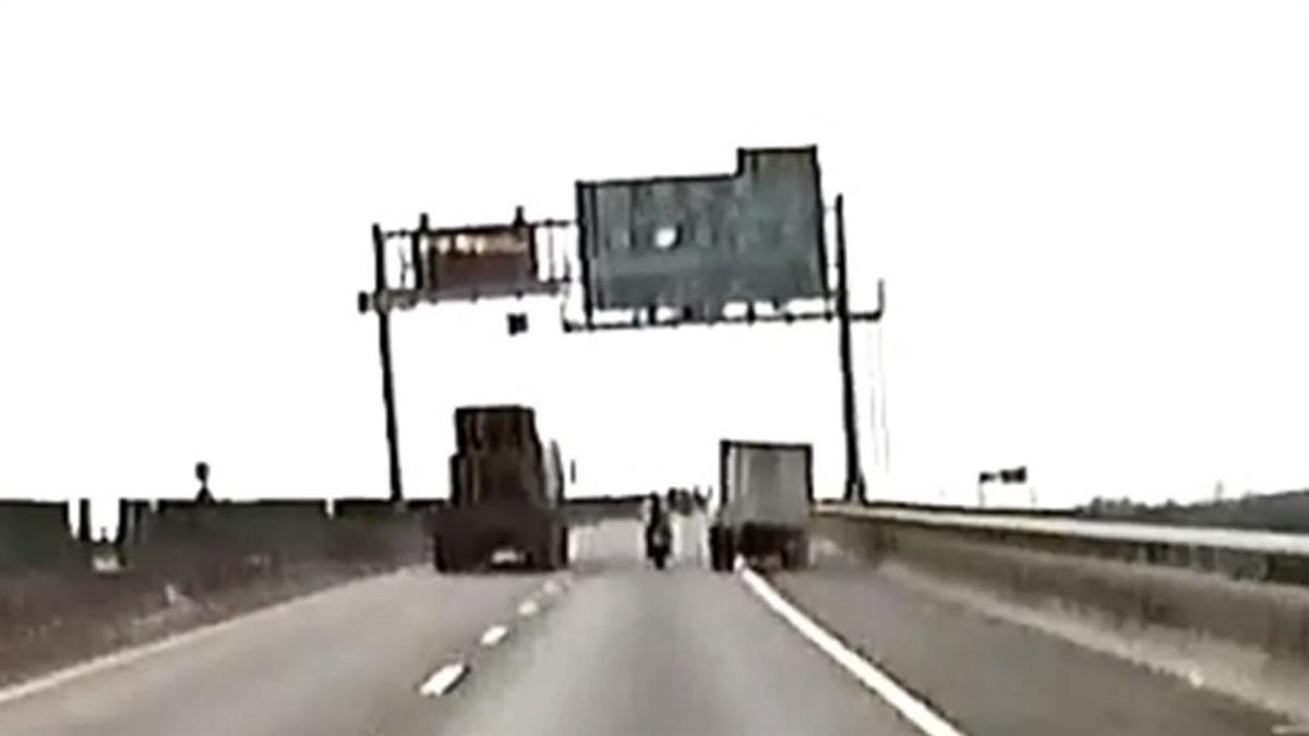 快速道路上被逼車!騎士遭撞倒地滾3圈 肇事貨車:是他不讓路
