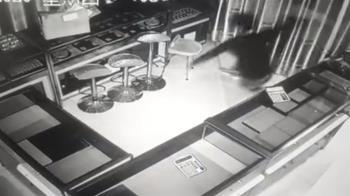 小偷從天而降偷光珠寶店!老闆損失42萬 調監視器看傻