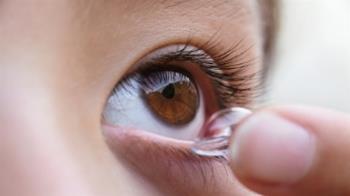24歲女手微濕戴隱形眼鏡 寄生蟲吃掉右眼角膜