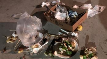 火還在燒就閃人!60人民權橋烤肉留垃圾 店家遭肉搜道歉了