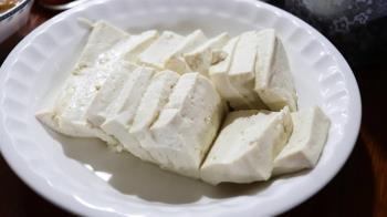 阿伯「塑膠袋裝豆腐」硬要寄!郵局拒收遭謾罵 網暖心提醒:可能失智
