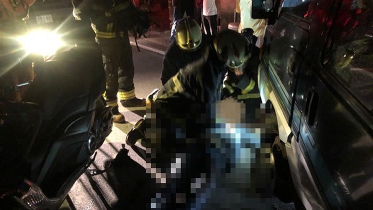 新北三峽廂型車撞重機!49歲騎士受困車底慘死