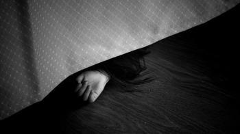 71歲女猝死倒臥家中!小兄弟懵懂伴母屍5天 老師破門嚇壞