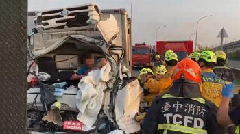 快訊/南屯交流道發生貨車追撞!22歲駕駛腿骨折卡車內