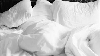 12歲正妹遭男網脫褲硬上!友躺旁睡 爸破門見3人共床氣炸