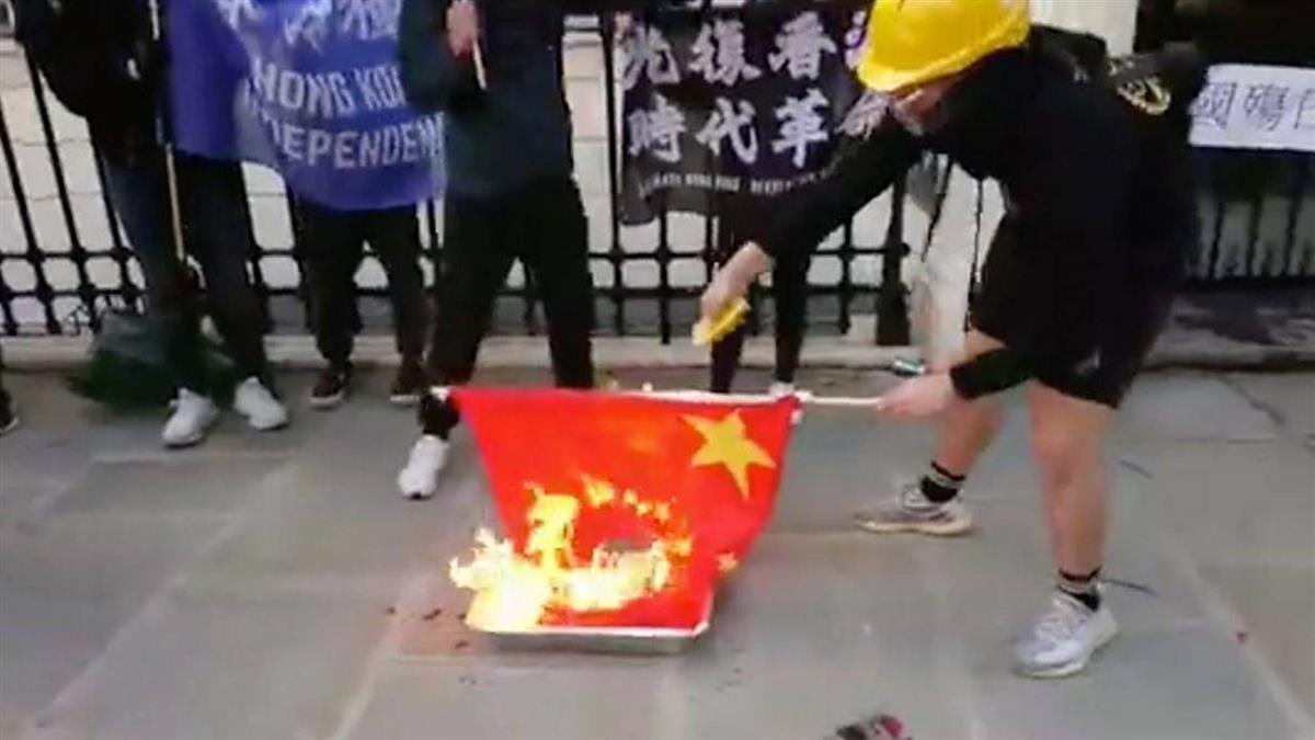 香港示威者於中國大陸駐英大使館外焚燒中國大陸國旗