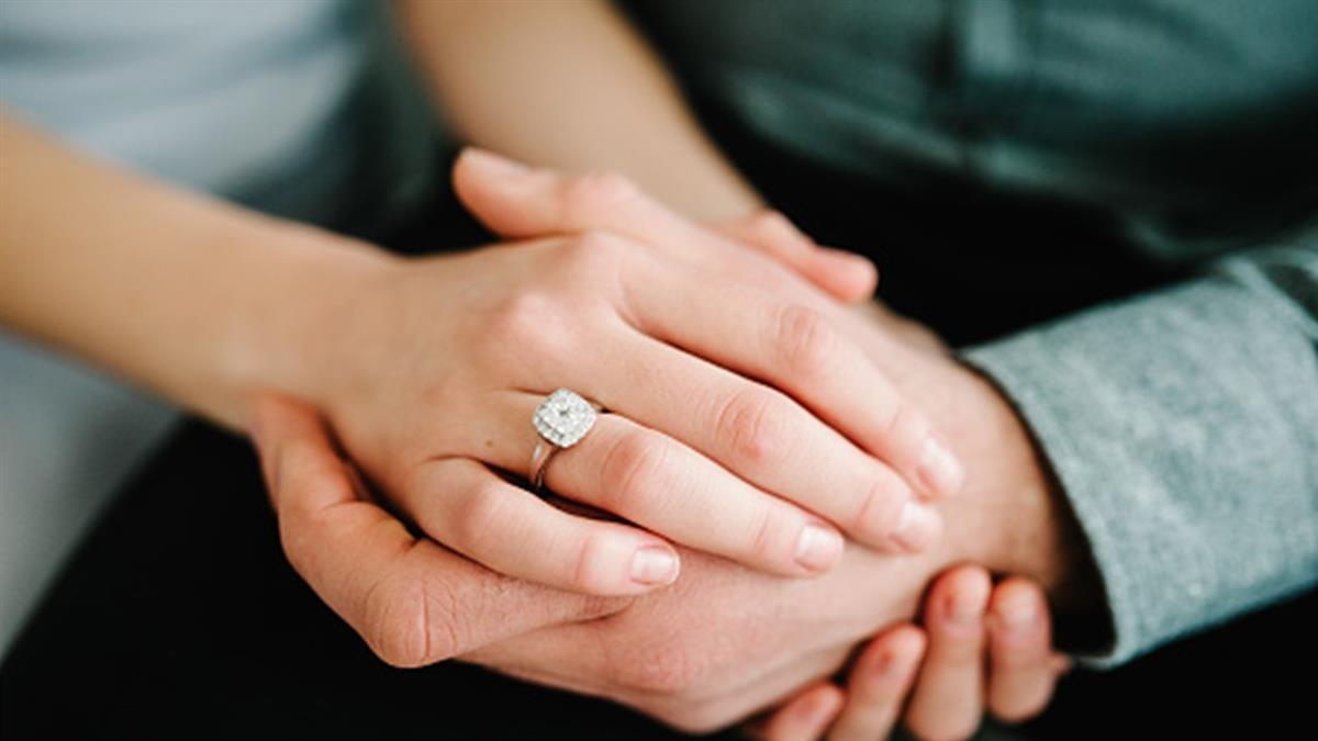 攝影師拿鑽戒浪漫求婚 下秒竟遭女友一腳踹下海