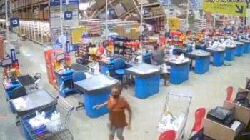 超市貨架骨牌式崩塌!21歲正妹店員慘遭壓死 現場驚聲尖叫