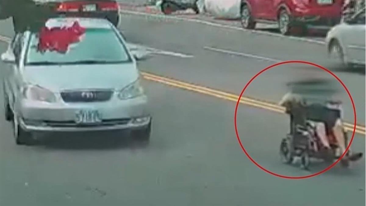 輪椅翁闖快車道車輛急閃 網稱:是在找遺產嗎